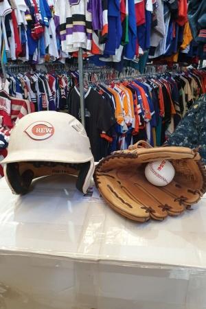 Casco, guantes y pelota de beisbol