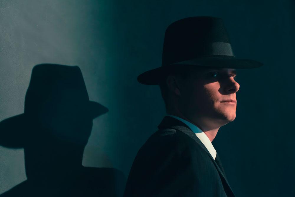 hombre con sombrero fédora